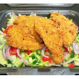 Borzas-fűszeres csirkemell filé friss saláta ágyon